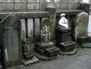 南の十王堂跡に残る石仏と庚申塔