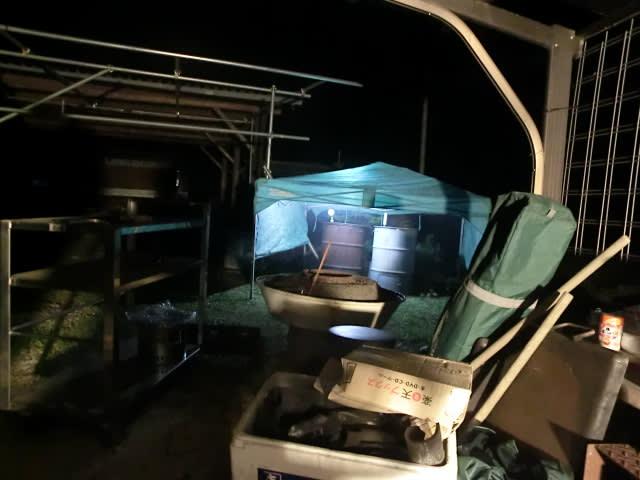 ドラム缶をテントで養生する