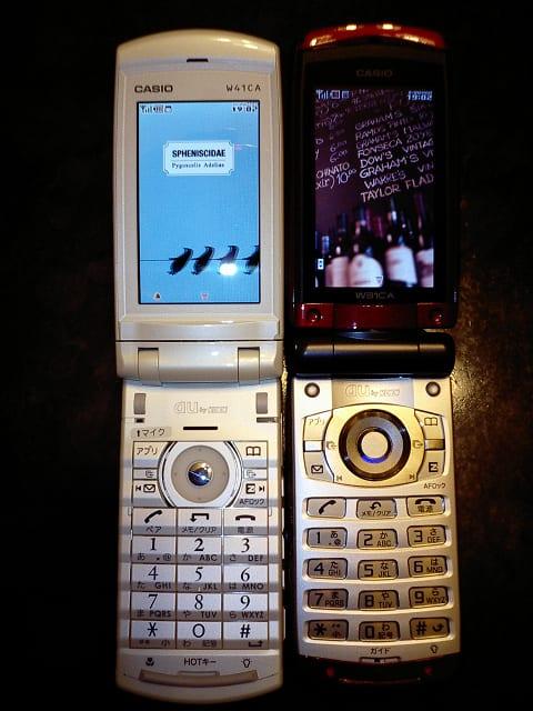 4855395d0a 写真左がW41CA(ノルディックホワイト)で、右が僕のW31CA(クリムゾンレッド)です。