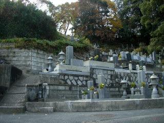 山の麓の墓地