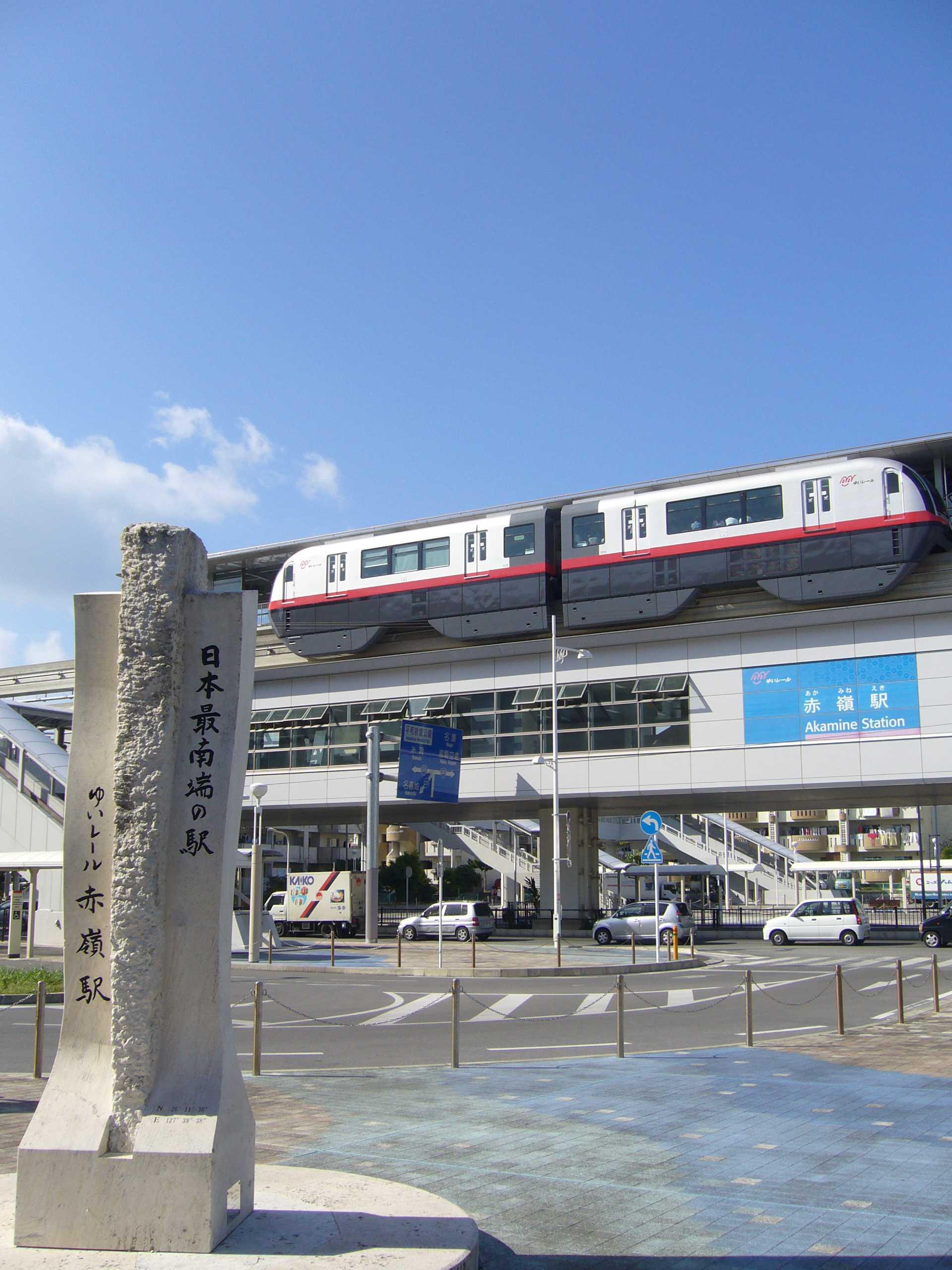 赤嶺駅に停車中のモノレールと最南端記念碑(クリックで拡大)