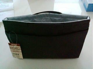 このサイズでしっかり入るので(財布2つ、スマホ、鍵、ティッシュ、ハンカチ、リップなど) とっても便利です。