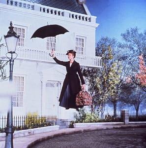 傘をさし、風に乗ってやって来たメリー・ポピンズ。