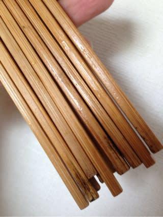 実はこの竹箸は塗装されてません。 だから、洗った時に水が染み込み、 そして、それが…箸立てなどの中にある箸の元の方では乾きにくい、 ということになり…