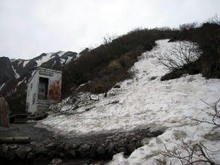 6合目。雪はありますが、避難小屋は普通に使えるように