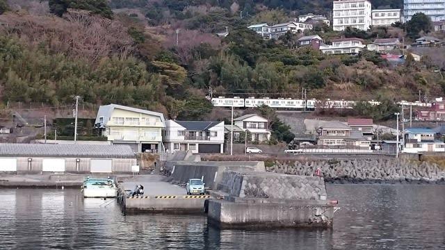 稲取港の左側堤防