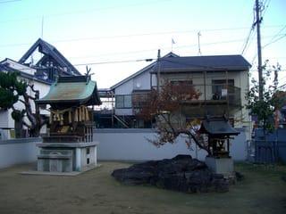 港町公園内にある祠と岩