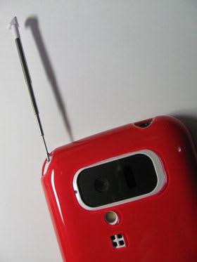 カメラとピクチャーライト、スピーカー、ワンセグアンテナの部分は覆われていない。