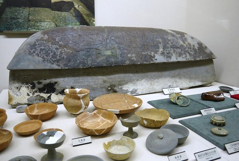 博物館内に展示されている竜田御坊山3号墳陶棺と副葬品