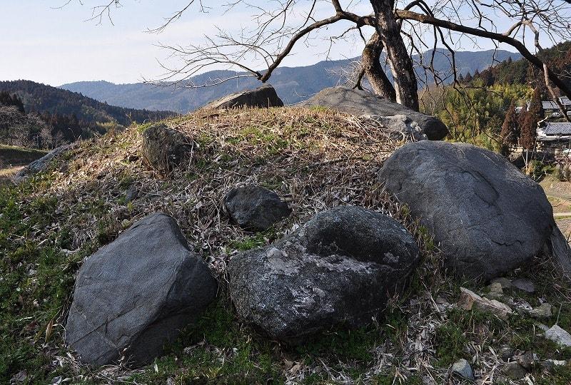 岩坂の古墳の露出石材