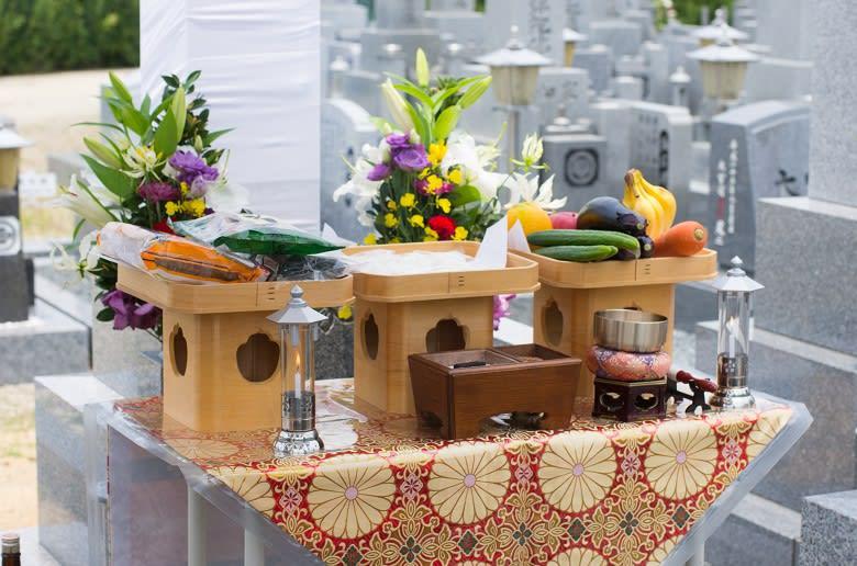 開眼法要の祭壇と供花、お供え物の画像