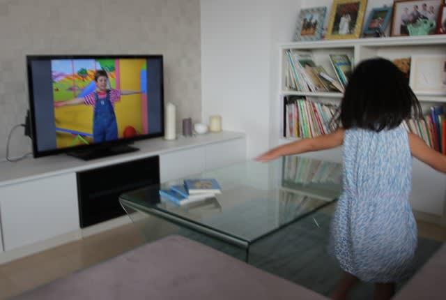 プレイアロングのDVDを観ながら踊っている様子