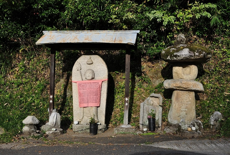 集落の西側にある地蔵石仏