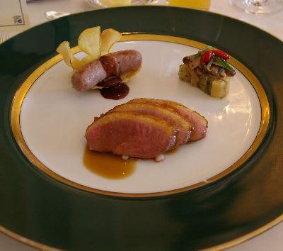 バルバリー鴨胸肉のローストとモモ肉のソーセージ仕立て野菜のバルケット添え、ソース・フォンド・カナール