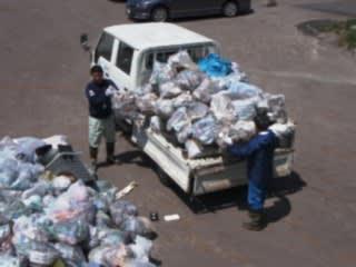 回収したゴミの一部。春は雪で隠れていたゴミが出てくるので、ゴミが多め。