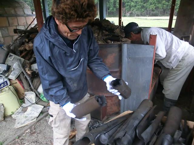 竹炭を取り出す