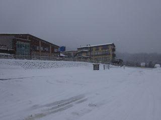昨日は雪がありませんでしたが、今日は雪があります。